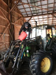 En av fordelene med gårdsstudio er at man kan crosse med traktor i pausen!